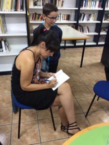 A autora moañesa asinando libros